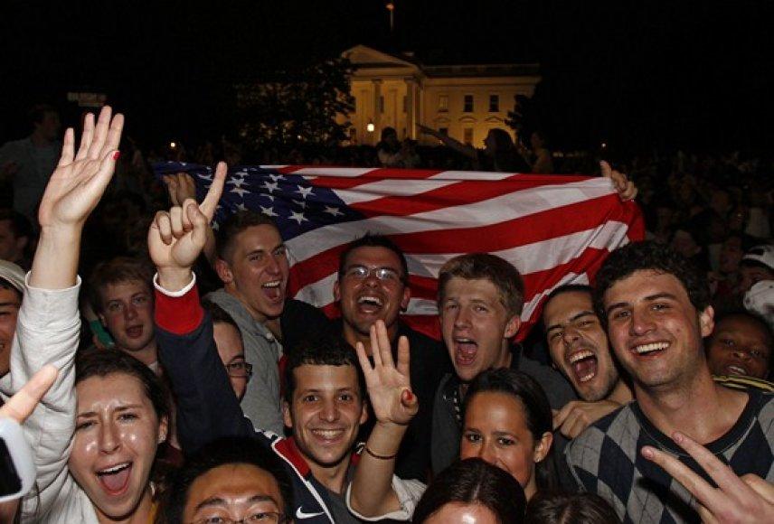 Po pranešimo apie nukautą Osamą bin Ladeną prie Baltųjų rūmų Vašingtone ėmė rinktis triumfuojantys amerikiečiai.