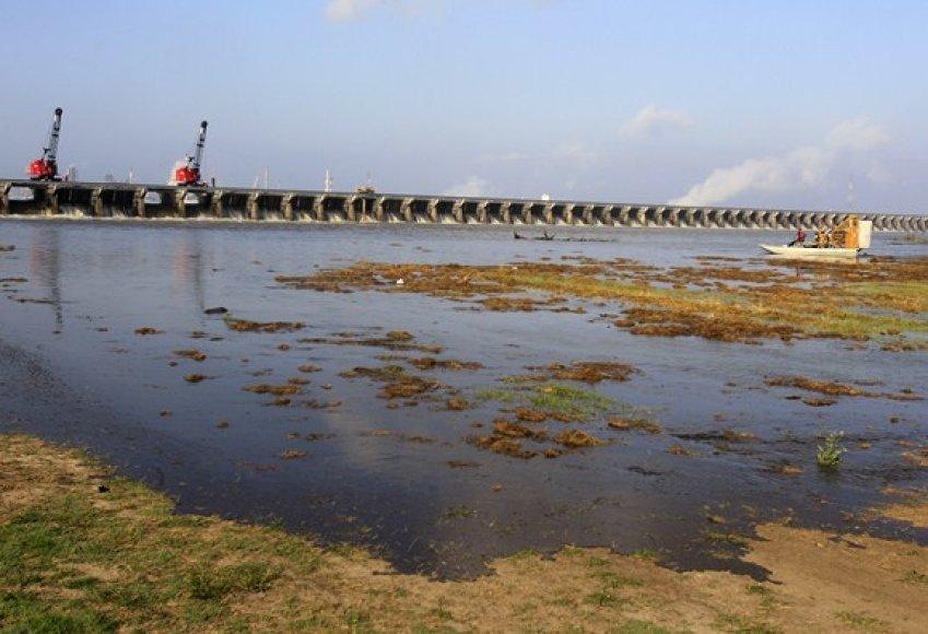 Luizianoje atveriami šliuzo vartai, siekiant sumažinti vandens spaudimą.