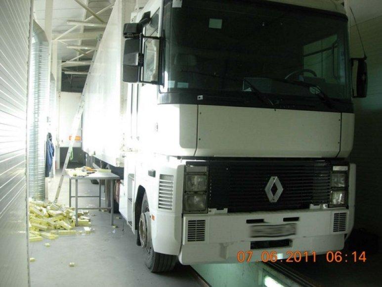 """Sulaikytas """"Renault"""" sunkvežimis gabenęs kontrabandines cigaretes"""