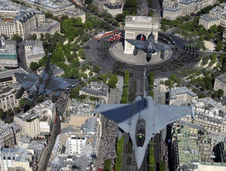 Prancūzijos naiktintuvai praskrido virš Triumfo arkos