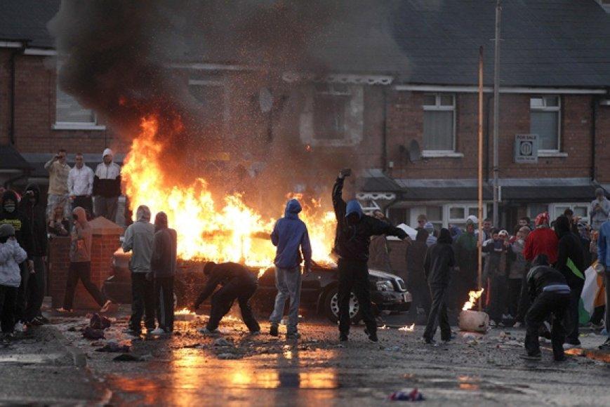 Protestuotojai padegė automobilį.