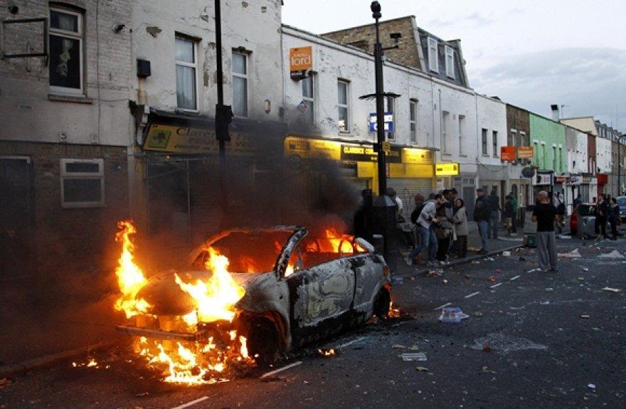 Londono šiaurėję degantis automobilis