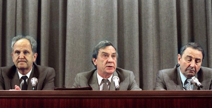 Sovietų sąjungos vidaus reikalų ministras Borisas Pugo (kairėje), Sovietų Sąjungos viceprezidentas Genadijus Janajevas (centre) ir Olegas Baklanovas (1991 m. rugpjūčio 19 d.)