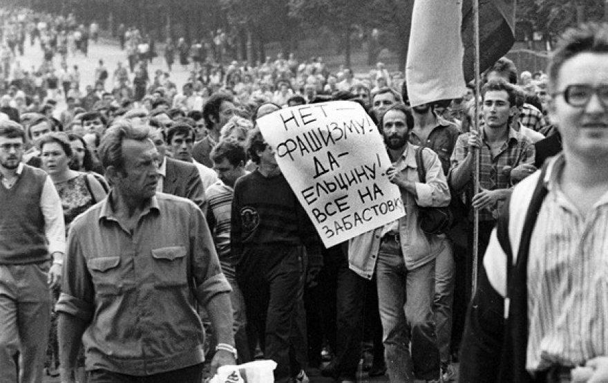 """Žmonės žygiuoja link Rusijos Baltųjų rūmų ir neša plakatą su užrašu """"Ne fašizmui! Taip Jelcinui! Visi į streiką!"""" (1991 m. rugpjūčio 19 d.)."""