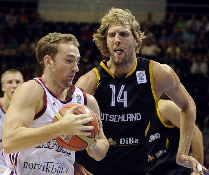 Rihards Kuksiks (su kamuoliu) ir Dirkas Nowitzki
