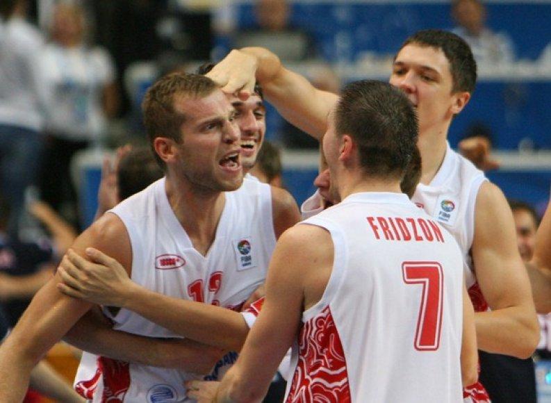 Sergejaus Monia (kairėje) su komandos draugais džiaugiasi taikliu tritaškiu.