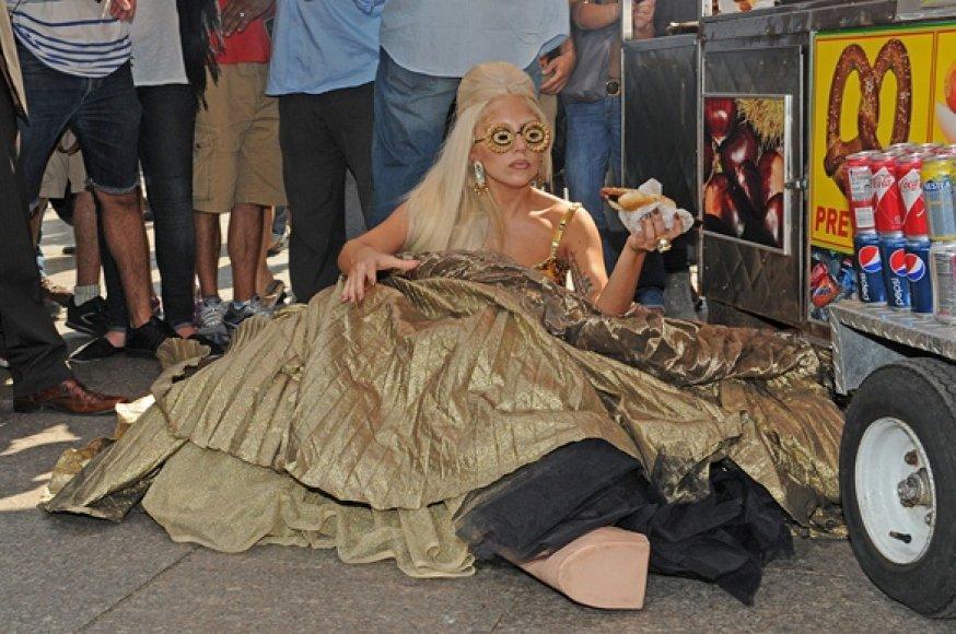 Lady Gaga nukrito šalia dešrainių kiosko.