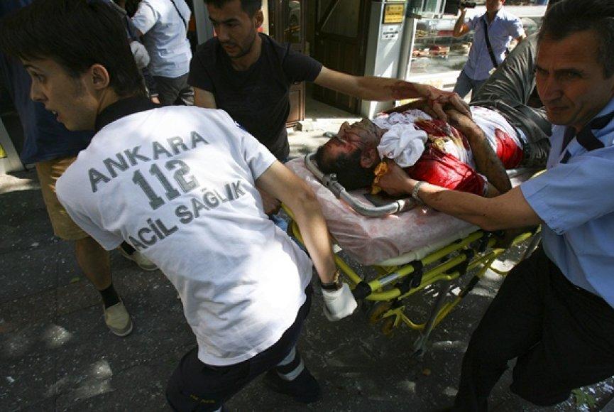 Per sprogimą sužeistas vyras vežamas į ligoninę