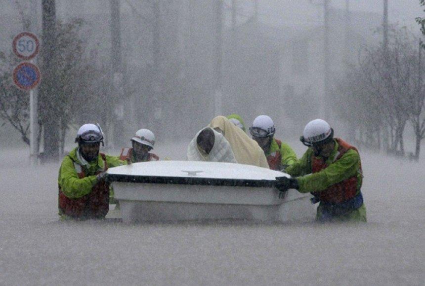 Gelbėtojai evakuoja vietos gyventojus