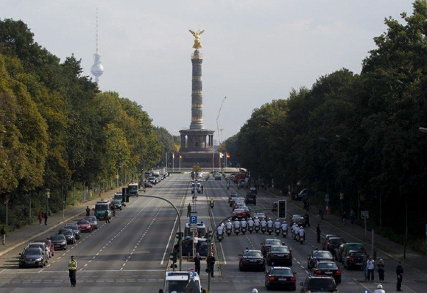 Automobilių kolona lydi į Vokietija atvykusį Popiežių Benediktą XVI