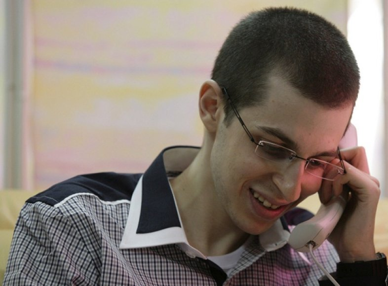 Giladas Shalitas telefonu kalba su savo šeimos nariais.