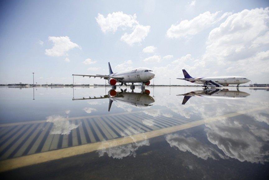 Lėktuvai stovi apsemtame oro uoste