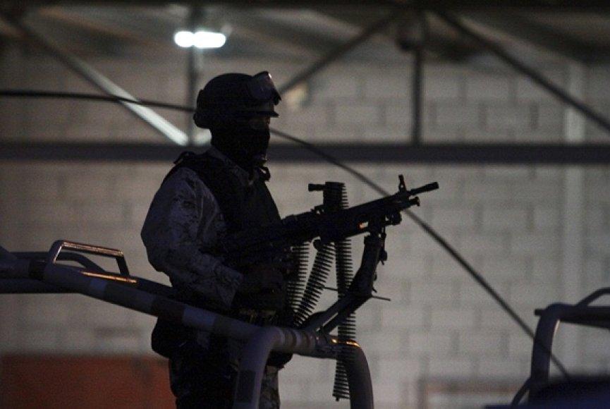 Karys prie sandėlio, kuriame rastas įėjimas į tunelį.