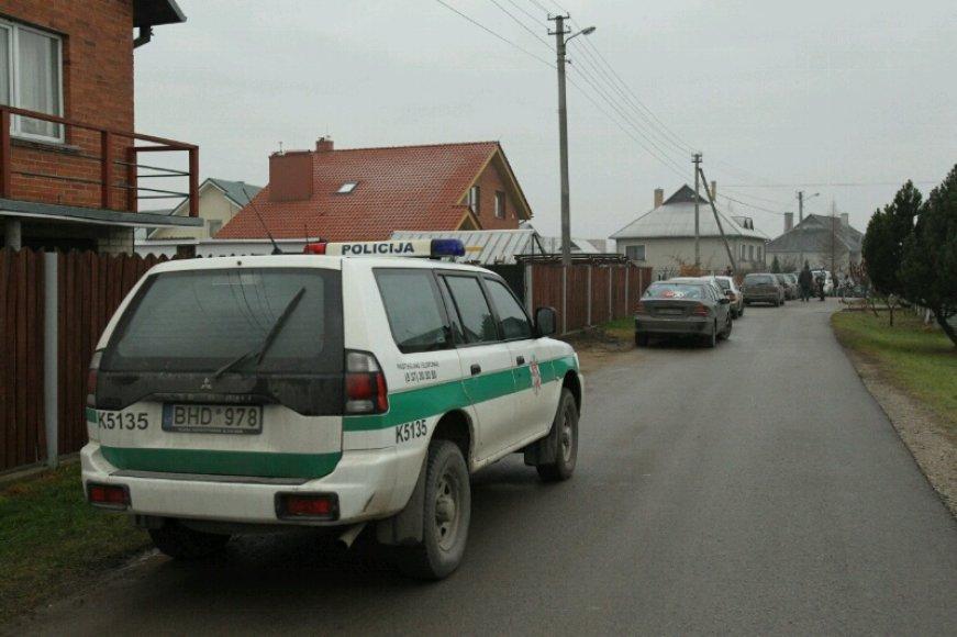 Policijos automobilis netoli Laimutės Kedienės namų
