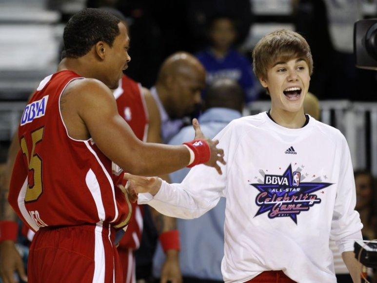 Justinas Bieberis demonstravo savo krepšinio sugebėjimus.