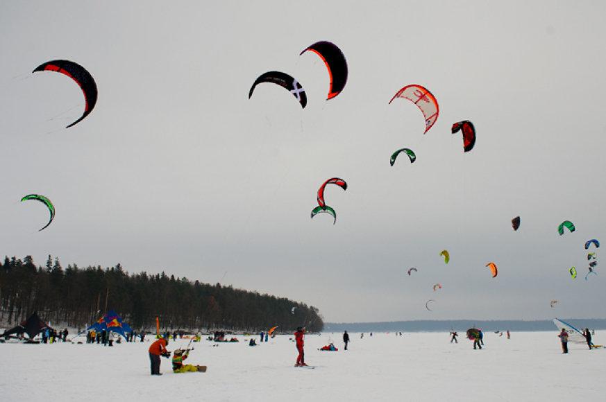 Jėgos aitvarų virtuozams, skriejantiems ant užšalusių Kuršių marių snieglentėmis ar slidėmis, savaitgalį per dvi dienas iš viso teks įveikti 6 rungtis.