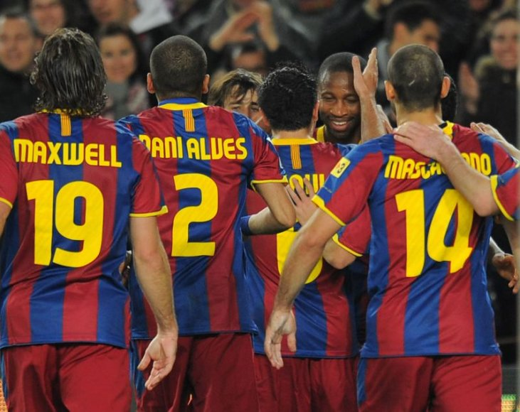 Barselonos futbolininkai švenčia pergalę.