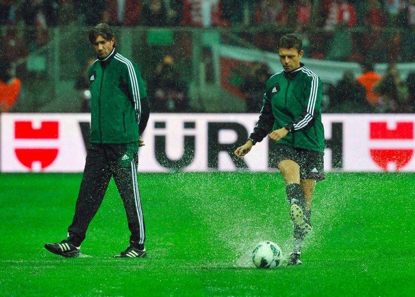 Varšuvos nacionaliniame stadione rungtynės neįvyko dėl liūties