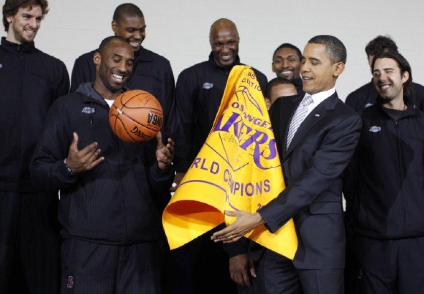 """JAV prezidentas Barackas Obama iš """"Lakers"""" krepšininkų gavo dovanų kamuolį su autografais."""