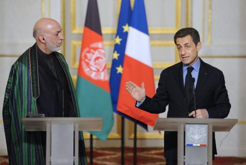 Hamidas Karzai (kairėje) ir Nicolas Sarkozy