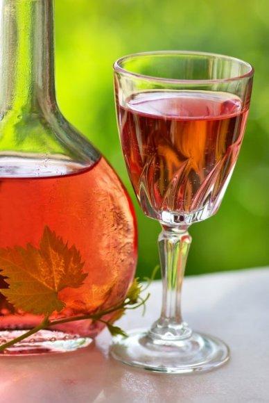 Populiariausią sausąjį rožinį vyną rekomenduojama derinti su lengvais užkandžiais ar nesunkiais patiekalais.