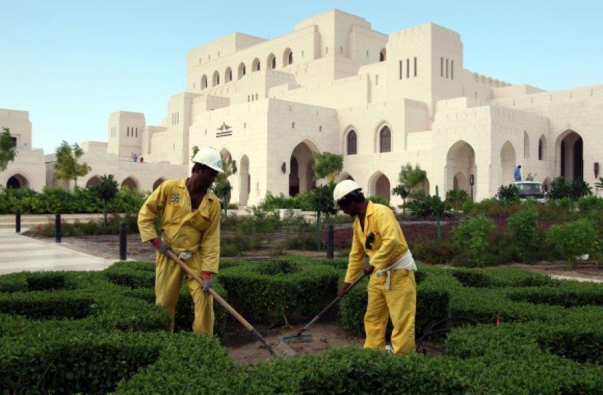 Darbininkai atlieka paskutinius darbus prieš operos rūmų atidarymą.