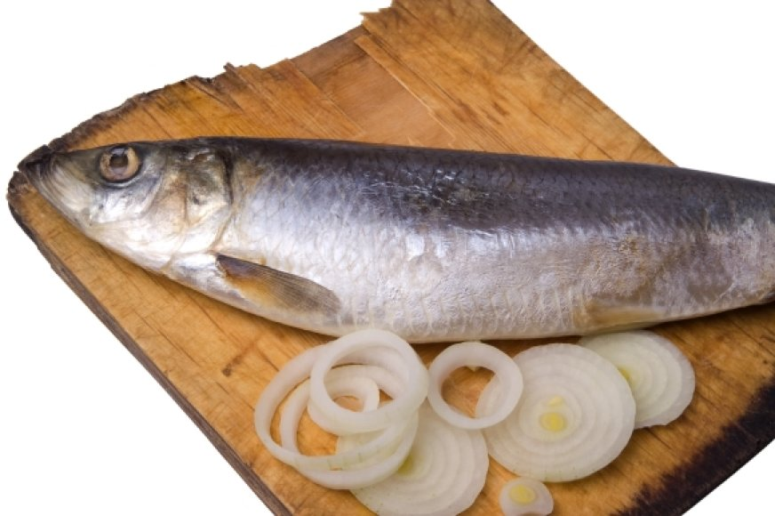 Česnaku, svogūnu ar žuvimi persismelkusią medinę pjaustymo lentelę užpilkite actu, pora minučių palaikykite ir nuplaukite.