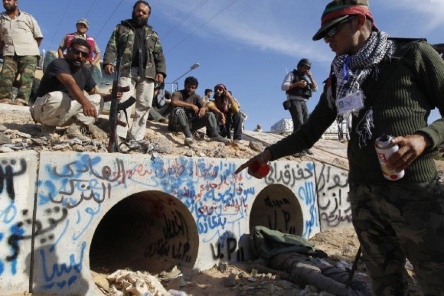 Libijos sukilėliai parodė vietą, kur buvo rastas Muamaras Kadhafi
