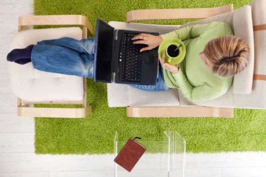Moteris naršo internete