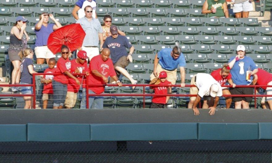 Berniuko (nuotraukos viduryje) tėvas žuvo bandydamas sugauti beisbolo kamuoliuką