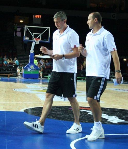 Latvijos rinktinės treneriai A.Bagatskis ir R.Štelmaheris Klaipėdos arenoje