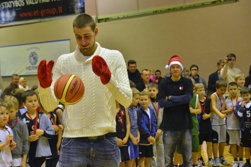 Jonas Valančiūnas Sostinės krepšinio mokyklos šventėje