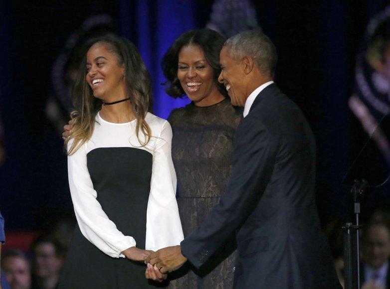 """""""Scanpix""""/AP nuotr./Barackas Obama su dukra Malia ir žmona Michelle"""