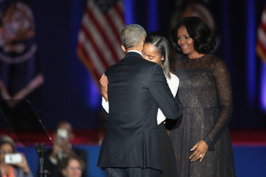 "AFP/""Scanpix"" nuotr./Barackas Obama su dukra Malia ir žmona Michelle"