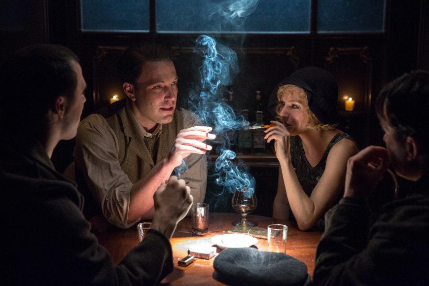 """Kadras iš filmo/Benas Affleckas ir Sienna Miller trileryje """"Nakties įstatymai"""""""