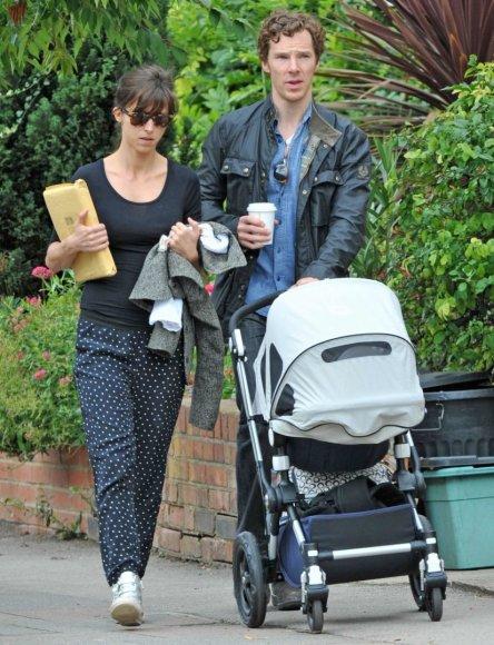 Vida Press nuotr./Benedictas Cumberbatchas su žmona Sophie Hunter ir sūnumi Christopheru (2015 m. rugsėjis)