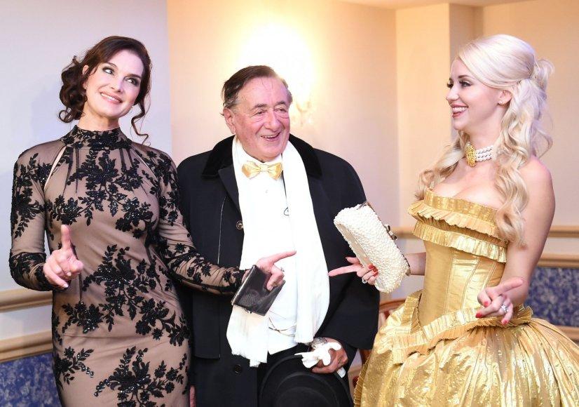 """AFP/""""Scanpix"""" nuotr./Brooke Shields ir Richardas Lugneris su žmona Cathy Lugner"""