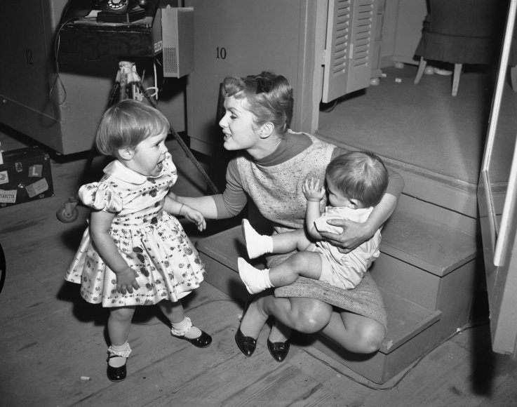"""Scanpix""/AP nuotr./Debbie Reynolds su dukra Carrie Fisher ir sunumi Toddu Fisheriu (1959 m.)"
