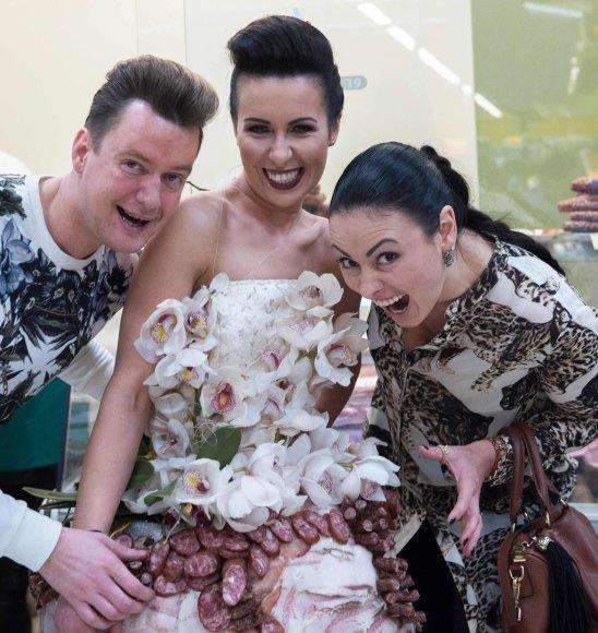 Loretos Kondratės nuotr./Karolis Murauskas ir Irina My-My su Modesto Vasiliausko kurta suknele iš mėsos vilkinčiu modeliu