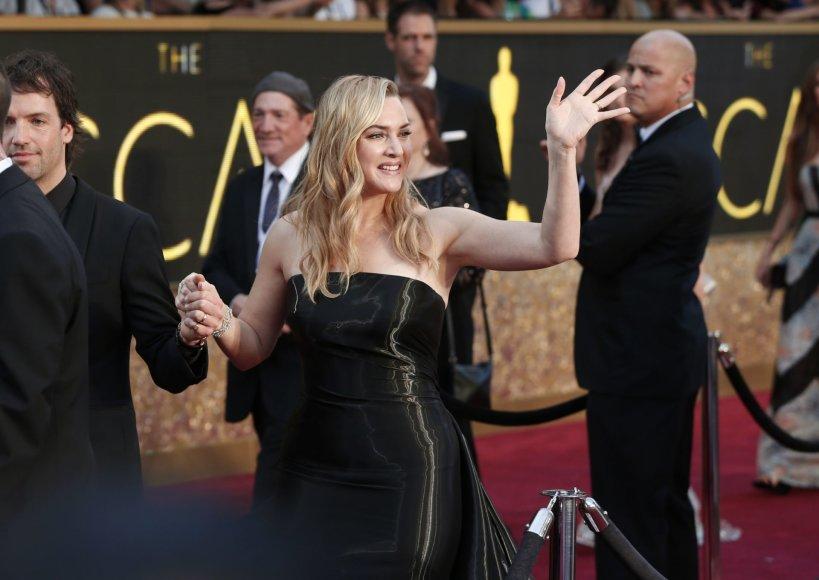 """Reuters""/""Scanpix"" nuotr./Kate Winslet su vyru Nedu Rocknrollu pralekia pro fotografus"