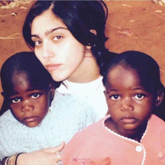 """""""Instagram"""" nuotr./Madonnos dukra Lourdes su dvynukėmis Esther ir Stella"""