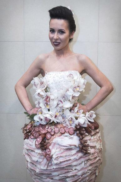 Loretos Kondratės nuotr./Modesto Vasiliausko kurta suknelė iš mėsos