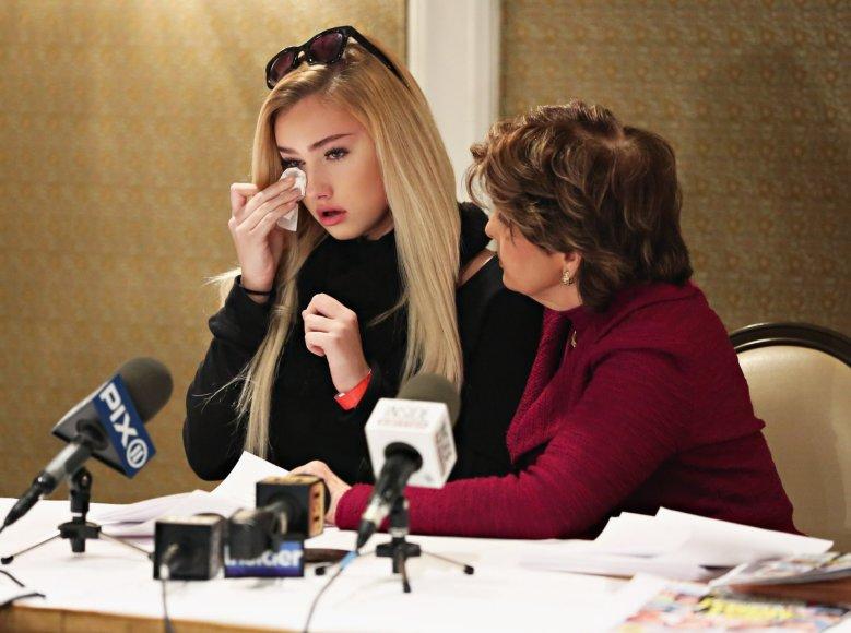 """AFP/""""Scanpix"""" nuotr./Molly O'Malia su advokate Gloria Allred"""