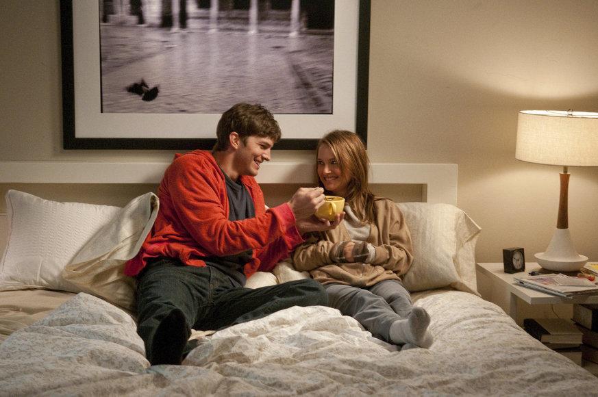 """Kadras iš filmo/Natalie Portman ir Ashtonas Kutcheris romantinėje komedijoje """"Be įsipareigojimų"""" (2011 m.)"""
