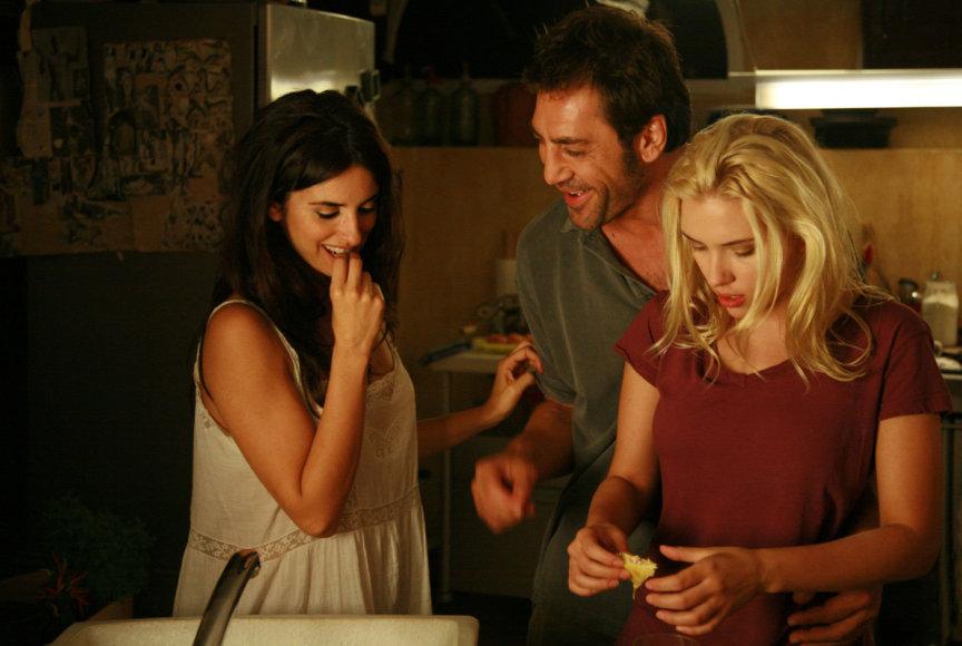 """Kadras iš filmo/Penelope Cruz, Javieras Bardemas ir Scarlett Johansson filme """"Viki Kristina Barselona"""" (2008 m.)"""