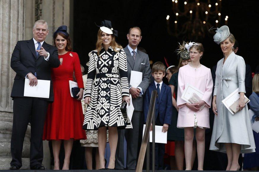 """""""Reuters""""/""""Scanpix"""" nuotr./Princas Andrew su dukromis princese Eugenie ir princese Beatrice bei princas Edwardas su žmona Vesekso grafiene Sophie ir vaikais"""