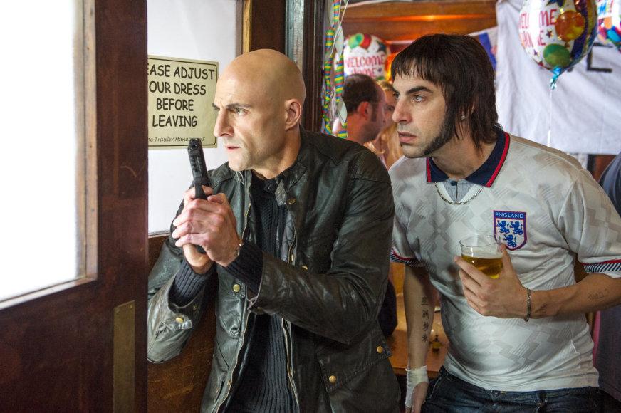 """Kadras iš filmo/Sacha Baronas Cohenas ir Markas Strongas komedijoje """"Šnipas per klaidą"""""""