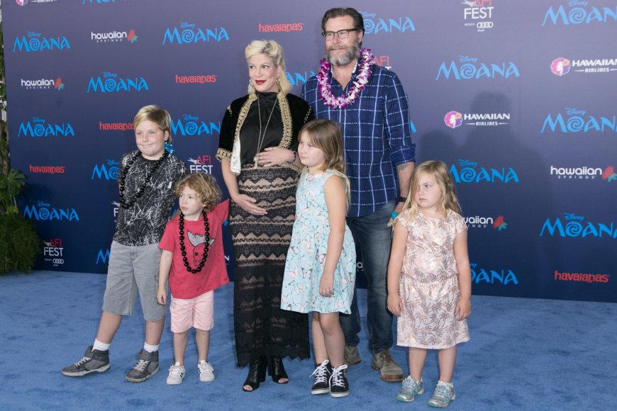 Vida Press nuotr./Tori Spelling ir Deanas McDermottas su vaikais