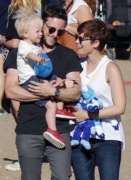 Vida Press nuotr./Kate Mara ir Jamie Bellas su sūnumi
