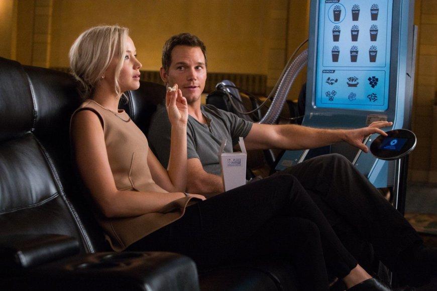 """Kadras iš filmo/Chrisas Prattas ir Jennifer Lawrence filme """"Pakeleiviai"""""""